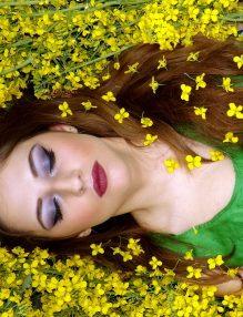 dorinta, femeie in flori