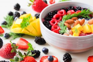 fructe colorate in castrol alb, fructe de padure.