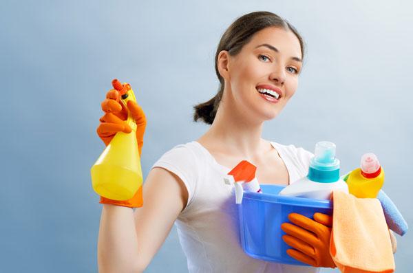 femeie care fac curat, femeie frumoasa, solutii de curatat, metoda japoneza