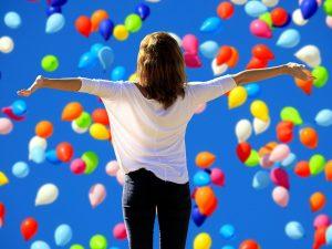 tehnici de respiratie, baloane colorate, femeie fericita