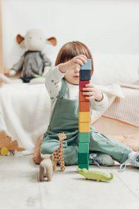 copil care se joaca cu cuburi, limbajul secret