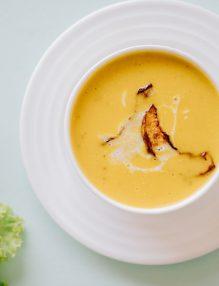 diatea cu supa, farfurie cu supa, salata verde
