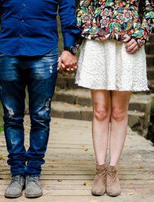 hormonii sexuali, cuplu, estrogen si testosteron, lemeie si barbat care se tin de maina