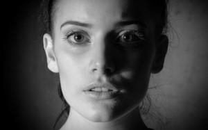 femeie, alb-negru, manipulare emotionala, emotie