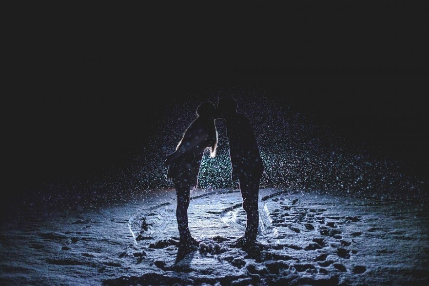 relatia ta, cuplu care se saruta in ploaie
