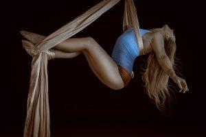 femeie care face acrobatii, nevoi fundamentale