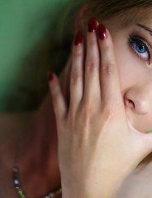 femeie cu unghii frumoase, femeie frumoasa, sanatoase unghii