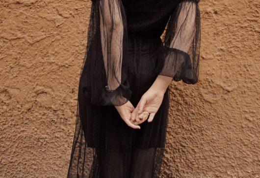 Ținutele all black: cum spargi monotonia unui outfit negru din cap până în picioare