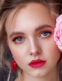 trandafir femeie cu trandafir