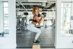 fitness la prima ora, sala de sport, femeie care face sport