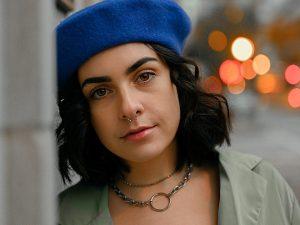 respectul de sine, femeie cu palarie albastra