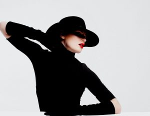 femeie care poarta negru