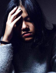 energie negativa, femeie trista in pulovar albastru, femeie bruneta