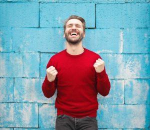 barbat optimist, barbat in pulovar rosu