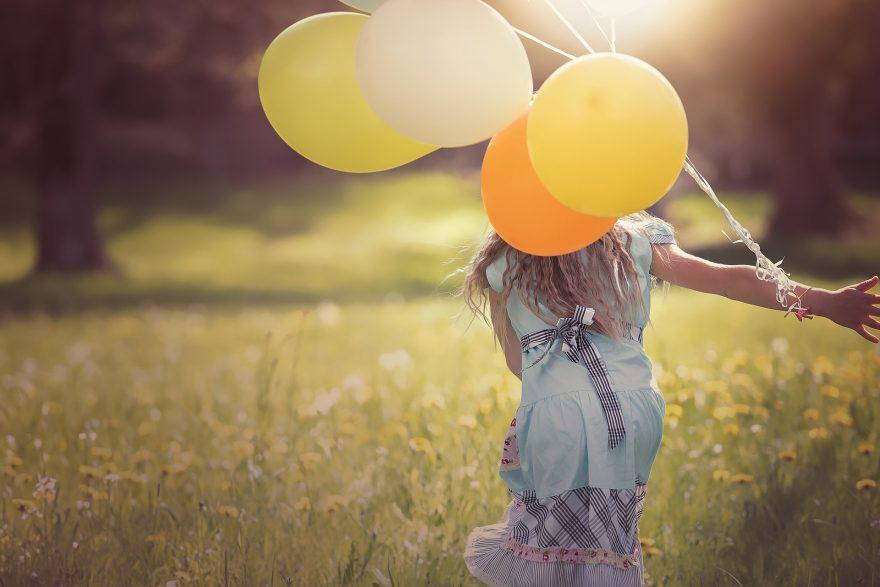 traieste prezentul, fetita cu baloane colorate, fetita in rochie albastra