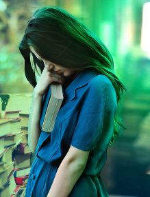 teoria conspiratiei, fata, carte, biblioteca