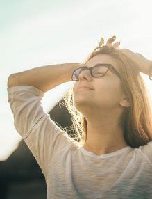 mindfulness, reduerea stresului, femeie linistita, ochelari