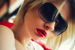 buze rosii, ochelari de soare, femeie cu buze rosii si ochelari negri, ingrijirea buzelor