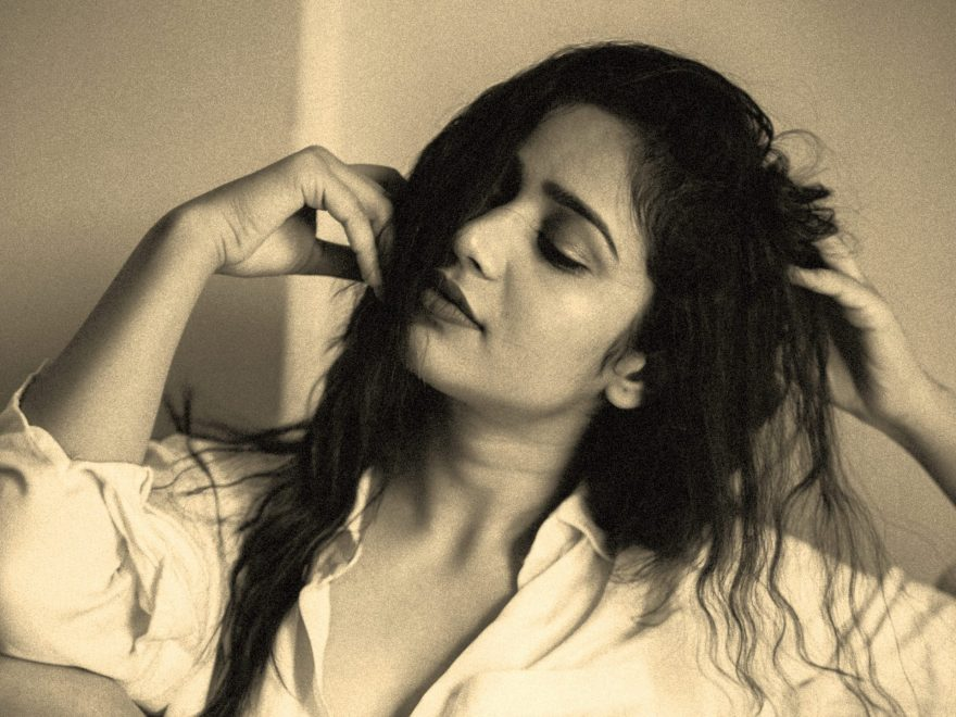 masajul pe scalp, femeie cu parul lung si negru, masaj scalp