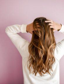 tratament natural pentru matreata, femeie cu par lung, femeie blonda