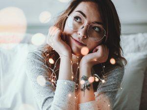 femeie cu ochelari, vise, femeie visatoare