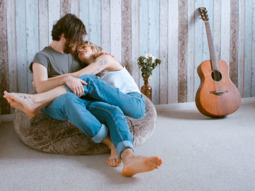 relatie de cuplu, tineri imbratisati, chitara