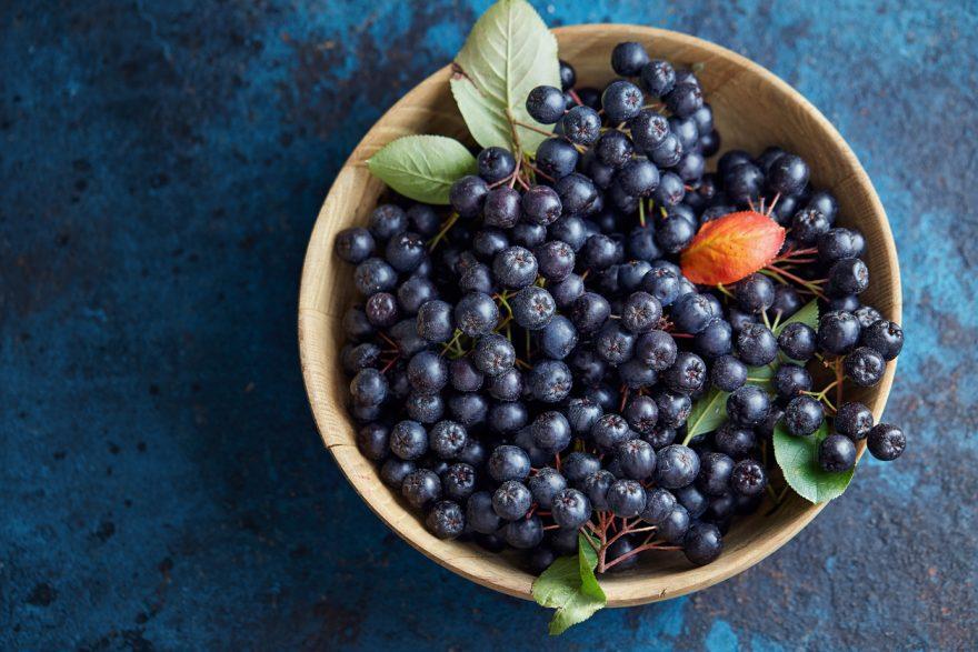 dulceata, castron cu fructe mov, fructe de aronia