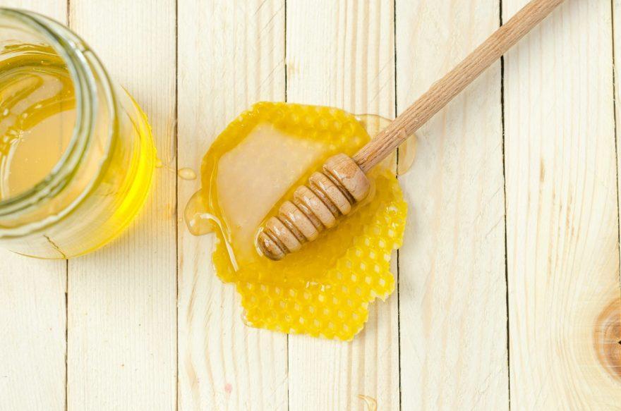 beneficiile mierii, fagure miere, lingurita de miere, borcan cu miere,