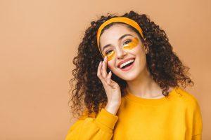 femeie in galben, femeie care rade, tratamente cosmetice, tratamente antirid
