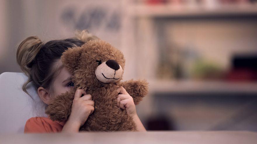 anxietatea copiilor, copil, ursulet, copil trist