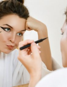 femeie aplica eyeliner greseli machiaj