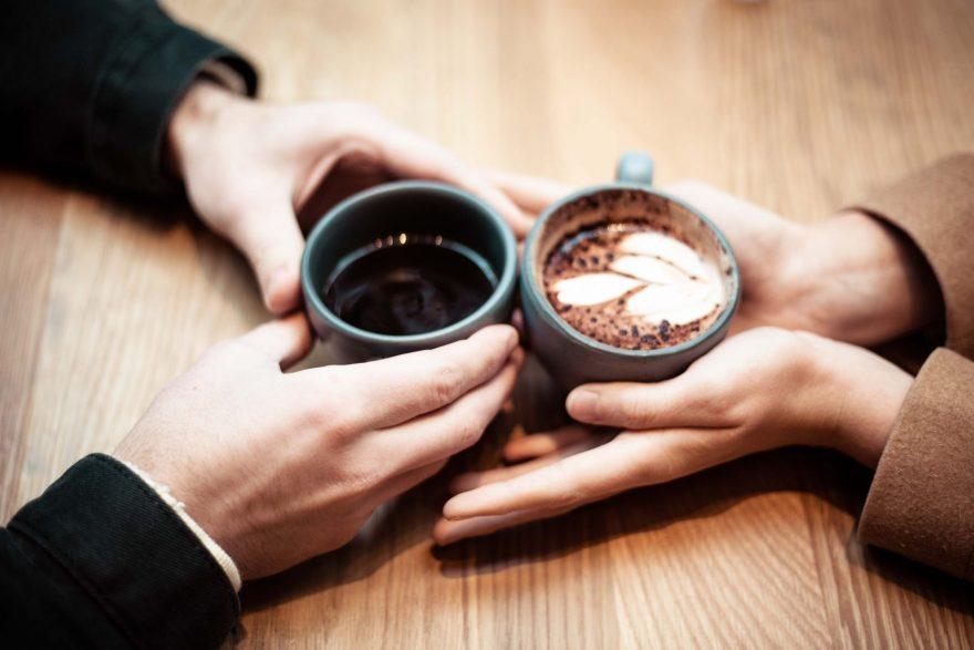 cuplu care bea cafea, cafea neagra, cafea cu lapte, terapie de cuplu
