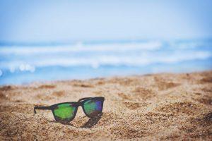 malul marii, ochelari de soare pe nisip, nisip, vacanta relaxanta