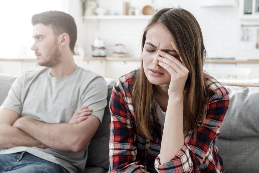 abuzul emotional, cuplu care are probleme, femeie suparata, camasa in carouri