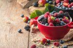 castron cu fructe de padure, castron rosu cu afine si zmeura