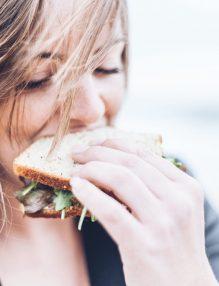 mituri despre dieta, femeie care maninca