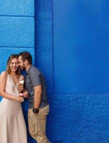 te indragostesti, dragoste, cuplu, impreuna, perete albastru