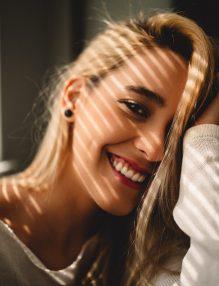 pete pigmentare, femeie blonda, femeie care rade, femeie frumoasa, umbre pe fata