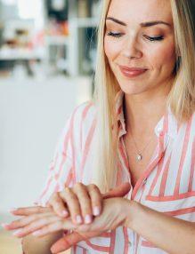 maini catifelate, femeie la birou cu maini frumoase, femeie frumoasa, camasa cu dungi,, femeie blonda