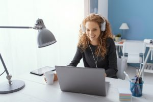 scoala online, pericolele internetului, internet, copil cu tableta, copil cu casti la urechi, mediul virtual