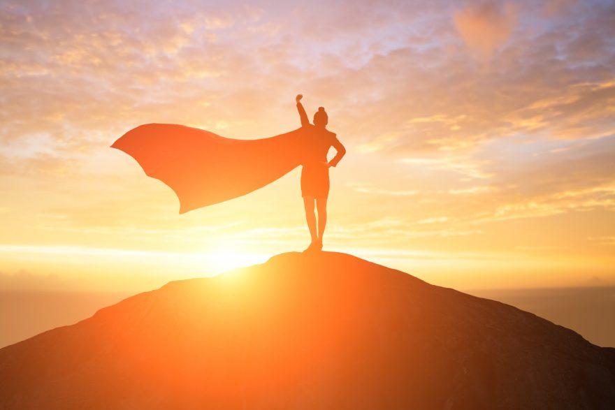 silueta de super femeie, undeva pe un munte, femeie de afeceri, rezilienta, rezistenta la stres