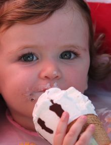 alimentatia sanatoasa a copiilor, inghetata, dieta copiilor, copil care mananca inghetata