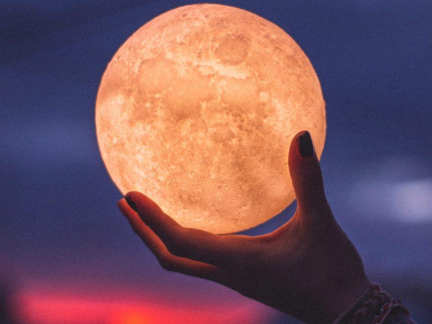 luna plina, mana care tine luna plina, luna