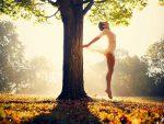 detoxifierea de toamna, copac, frunze moarte, decor de toamna,balerina care danseaza in natura, natura, toamna