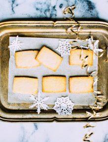 biscuiti, prajituri pe o tava argintie