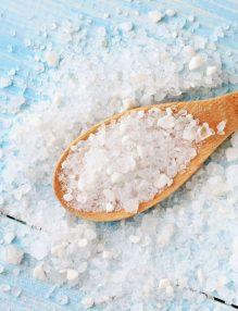 iodul, sare de mare intro lingura d elemn,sare d emare imprastiata pe masa, lingura de lemn, sare. albastru