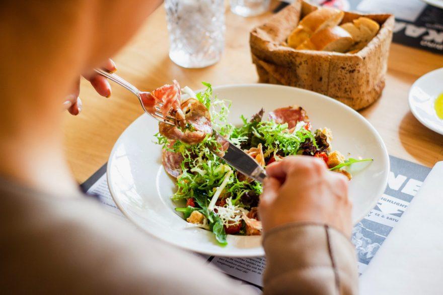 femeie care mananca salata, propria dieta, salata in farfurie alba, mancare, gustare, la masa,