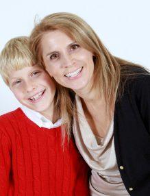 mama vesele cu fiul ei, baiat in pulovar rosu, mama si fiu, ce fel de mama esti