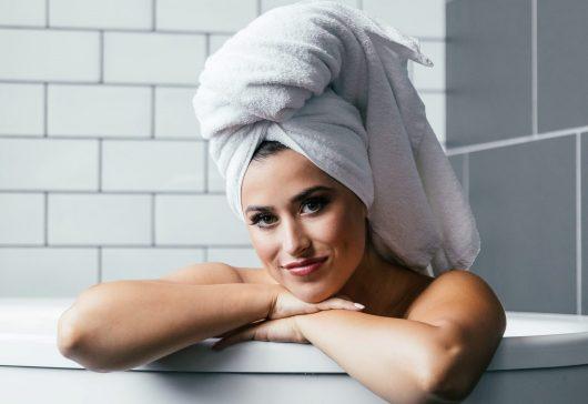 6 mari greșeli pe care le faci când îți speli părul