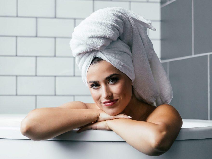 femeie care face baie, femeie in cada. femeie cu prosop in cap, iti speli parul, femeie frumoasa